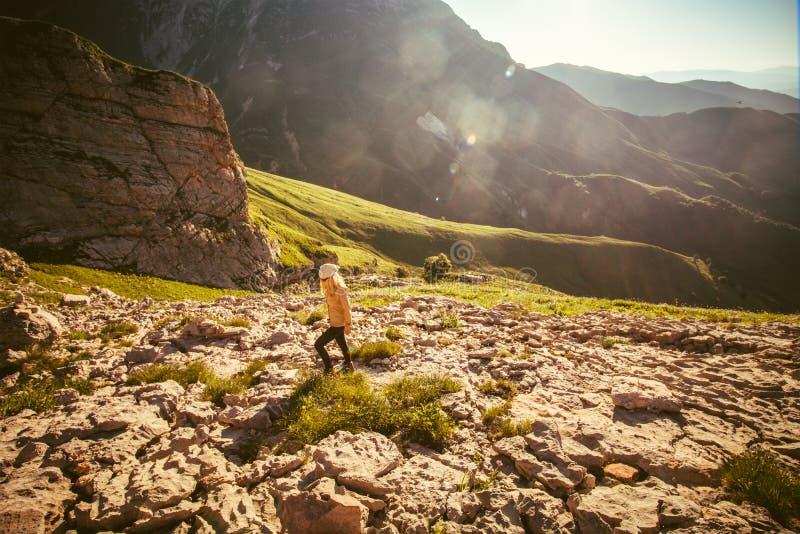 Mujer joven que camina forma de vida al aire libre del viaje fotografía de archivo