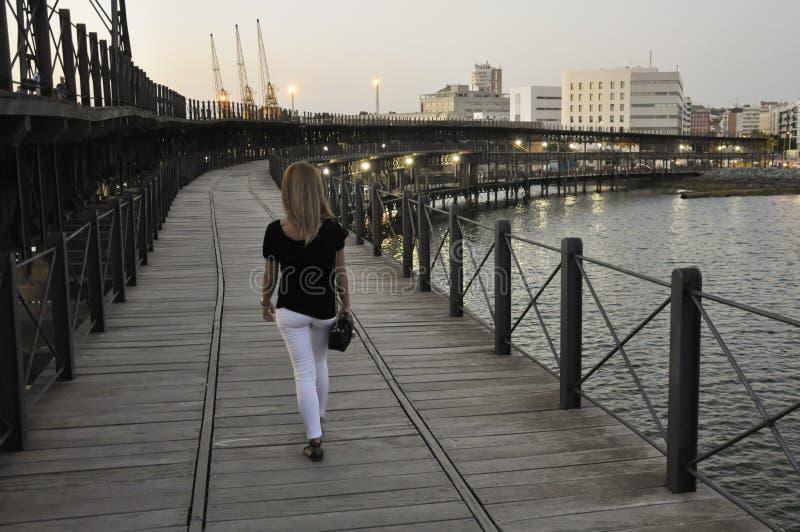 Mujer joven que camina sobre el muelle de Riotinto en Huelva, España foto de archivo libre de regalías