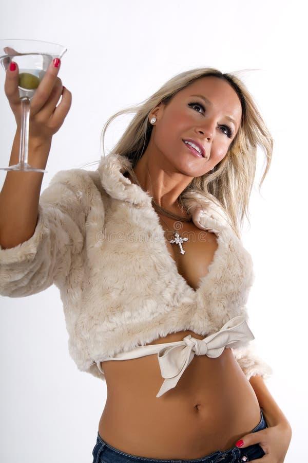 Mujer joven que celebra en chaqueta de la piel imagen de archivo