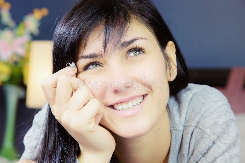 Mujer joven que celebra la sonrisa del anillo de compromiso feliz en amor imagenes de archivo