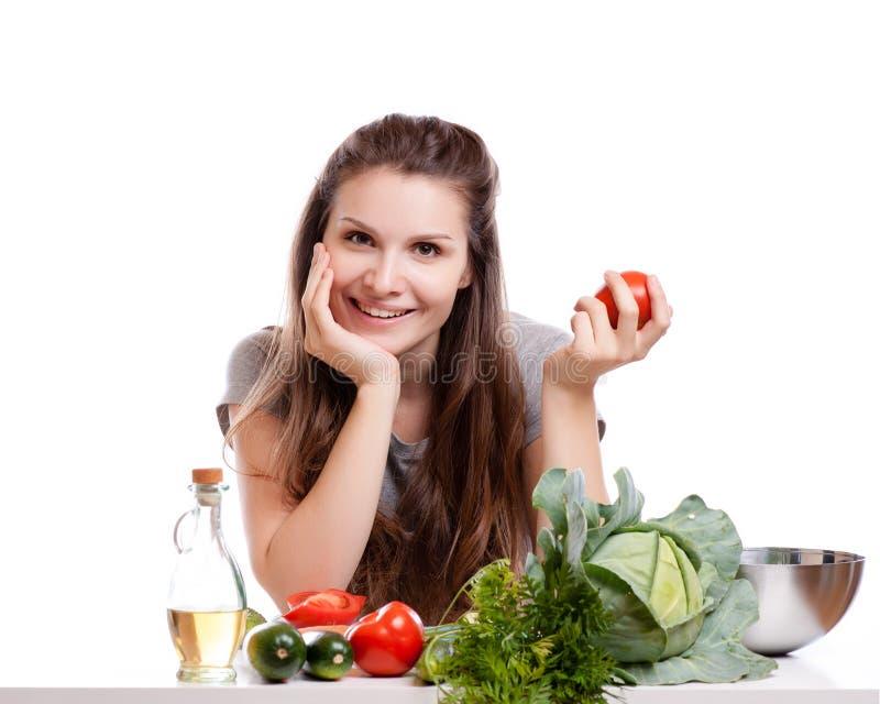Mujer joven que cocina en la cocina Comida sana - fotografía de archivo libre de regalías