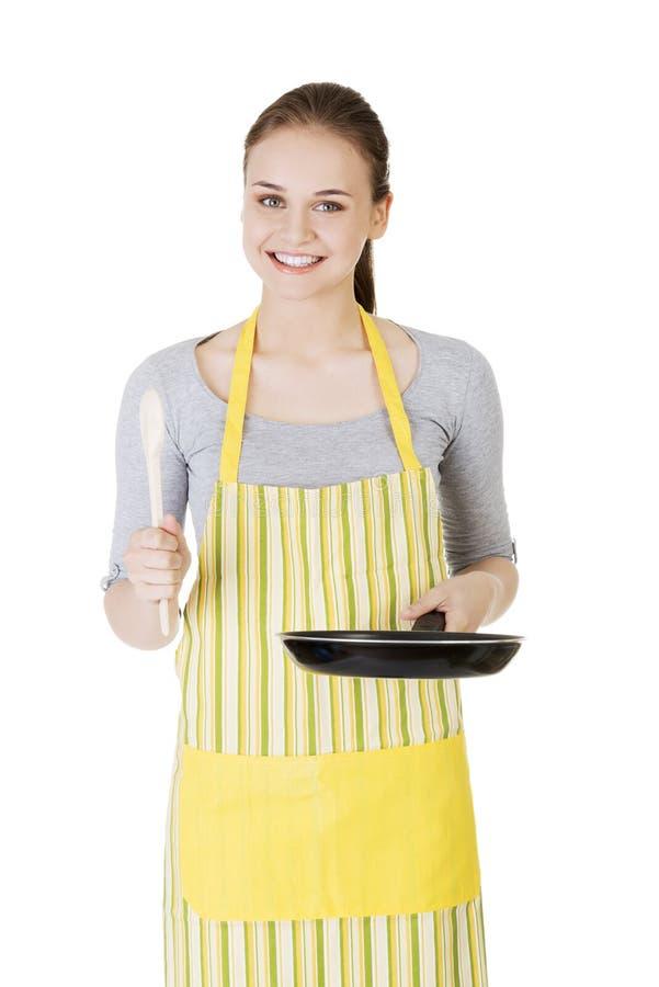 Mujer joven que cocina la comida sana imágenes de archivo libres de regalías