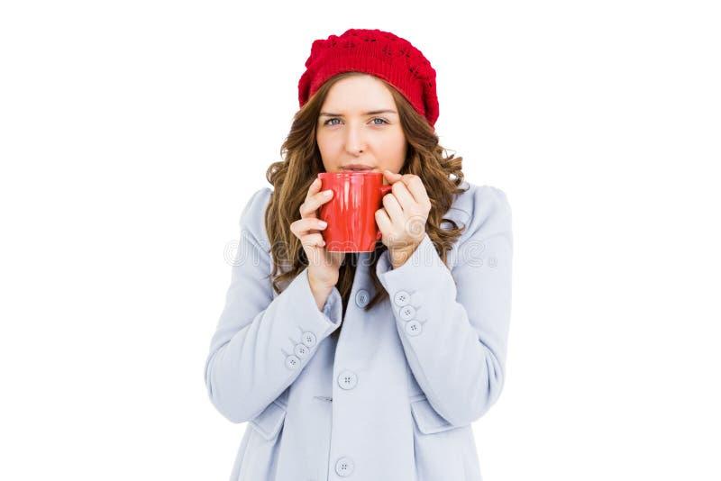 Mujer joven que come la taza de café fotos de archivo