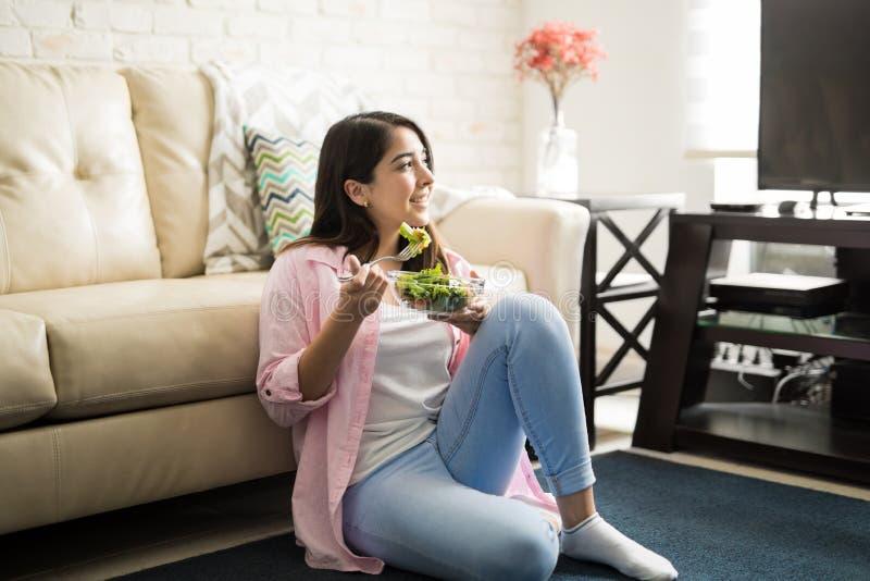 Mujer joven que come un almuerzo sano y fresco imágenes de archivo libres de regalías