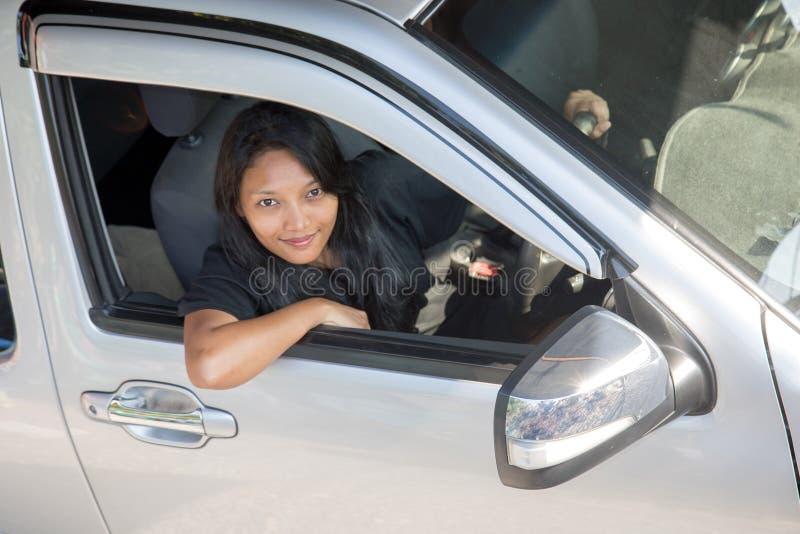 Mujer joven que conduce el coche fotografía de archivo libre de regalías