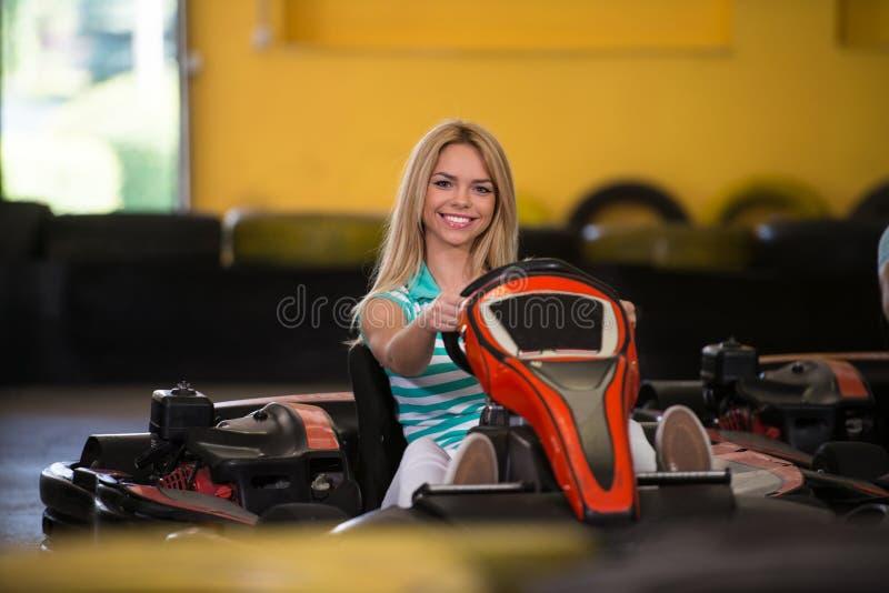 Mujer joven que conduce la raza de Karting del kart imágenes de archivo libres de regalías
