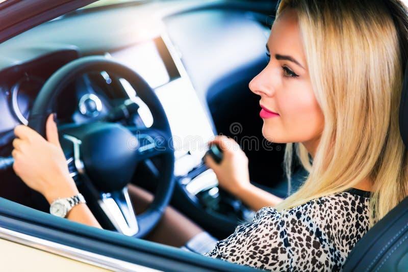 Mujer joven que conduce un coche foto de archivo libre de regalías