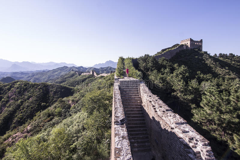 Mujer joven que corre en la Gran Muralla china imagenes de archivo