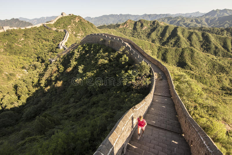 Mujer joven que corre en la Gran Muralla china foto de archivo libre de regalías