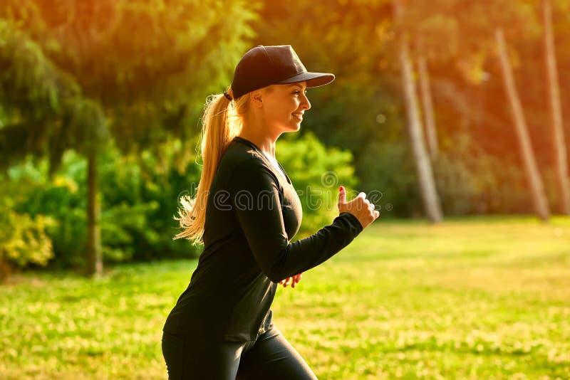 Download Mujer Joven Que Corre En Un Parque Foto de archivo - Imagen de hermoso, libertad: 100525846