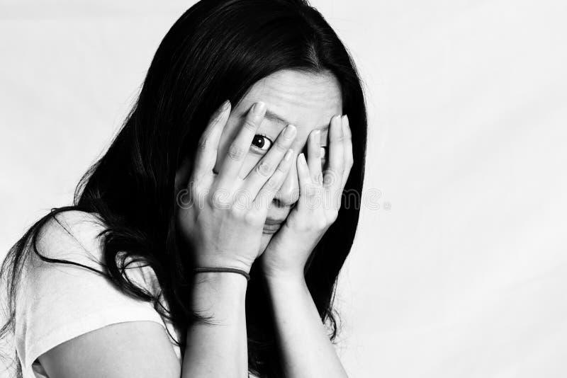 Mujer joven que cubre su cara imagen de archivo libre de regalías