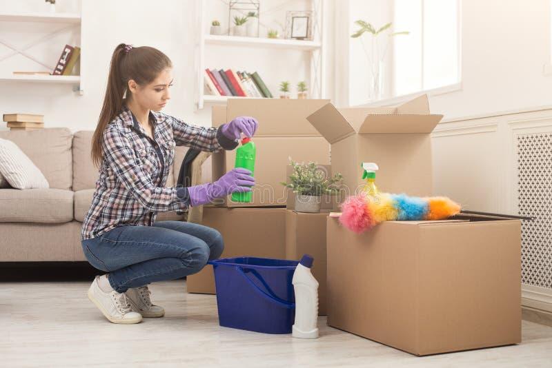 Mujer joven que desempaqueta las cajas después de mover fotografía de archivo libre de regalías