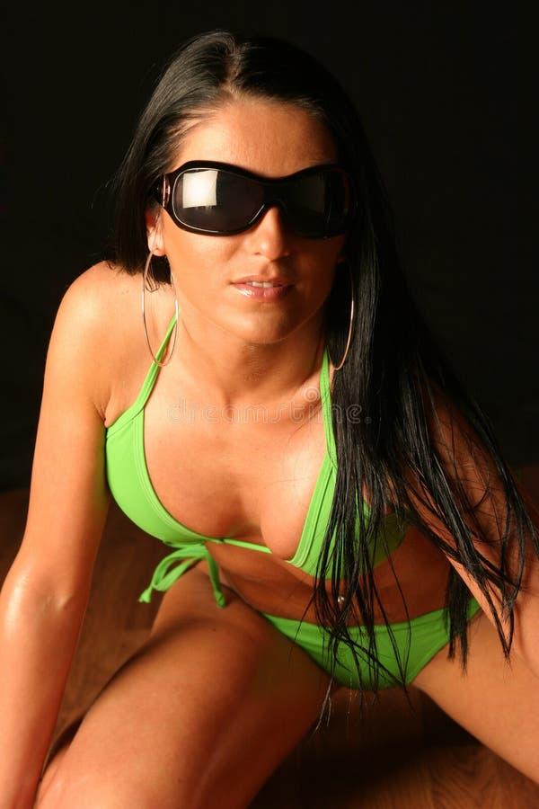 Mujer joven que desgasta el bikiní verde foto de archivo