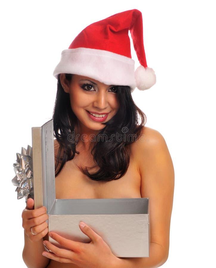 Mujer joven que desgasta el sombrero rojo de Santa imagen de archivo