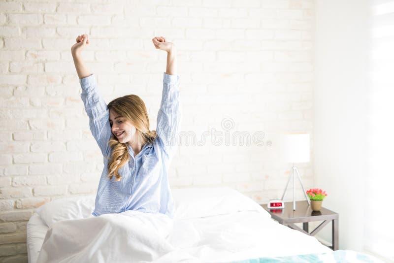 Mujer joven que despierta por la mañana fotos de archivo libres de regalías