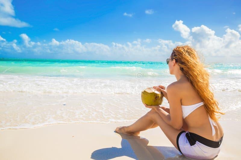 Mujer joven que disfruta de día soleado en la playa tropical imagen de archivo