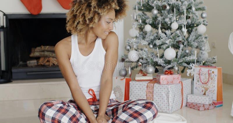 Mujer joven que disfruta de la Navidad fotos de archivo libres de regalías