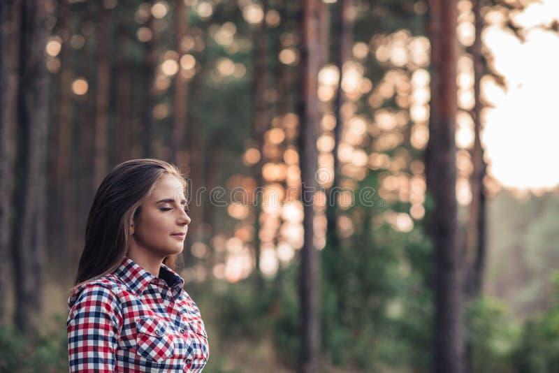 Mujer joven que disfruta de la soledad de la naturaleza foto de archivo libre de regalías