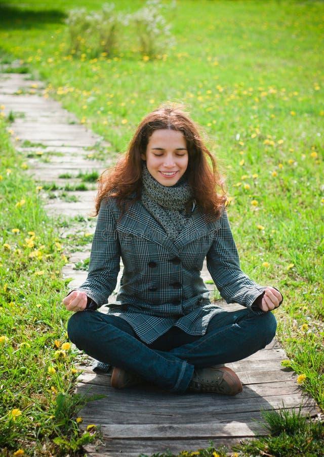 Mujer joven que disfruta de la vida al aire libre foto de archivo