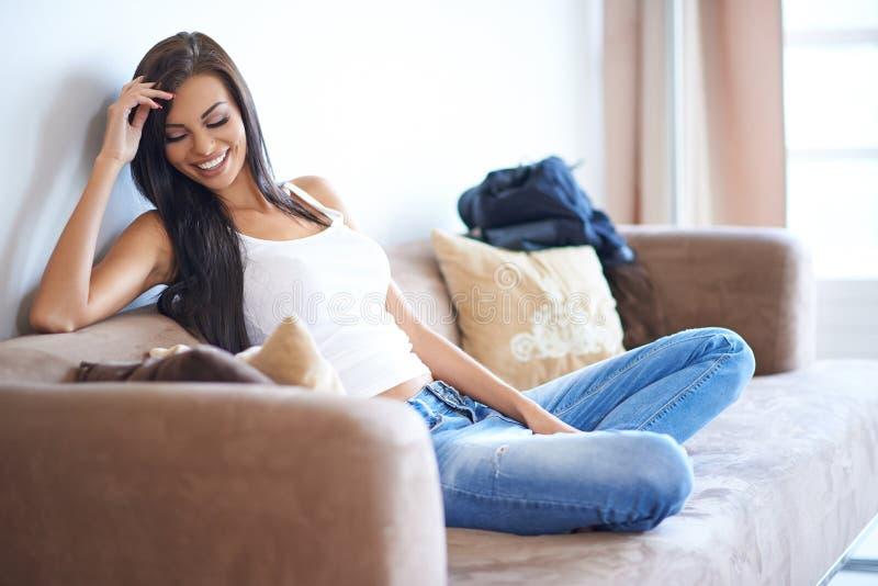 Mujer joven que disfruta de un día relajante en casa fotos de archivo libres de regalías
