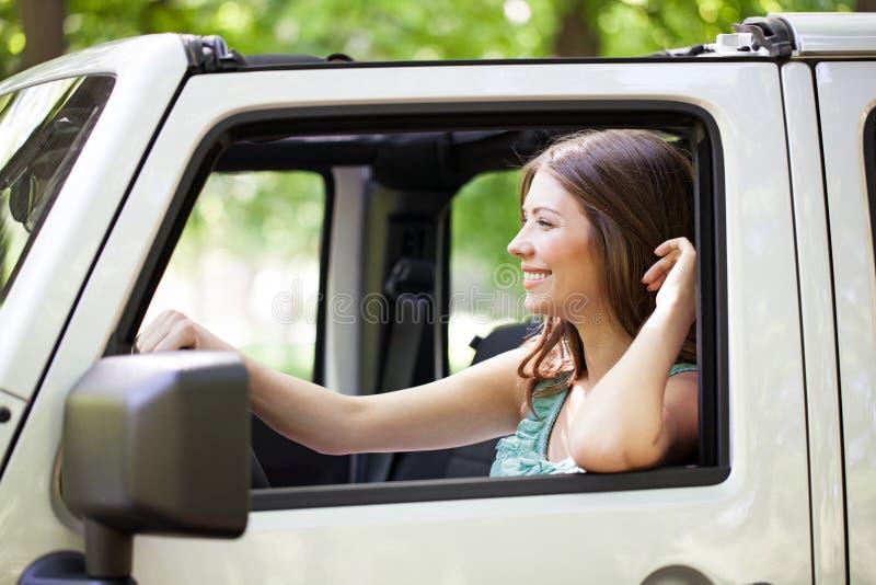 Mujer joven que disfruta de un paseo del coche fotos de archivo