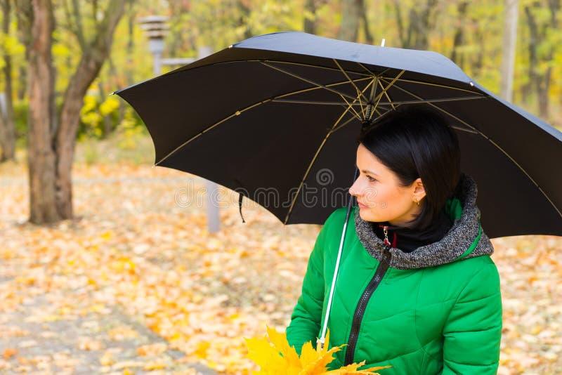Mujer joven que disfruta de un paseo del otoño imágenes de archivo libres de regalías