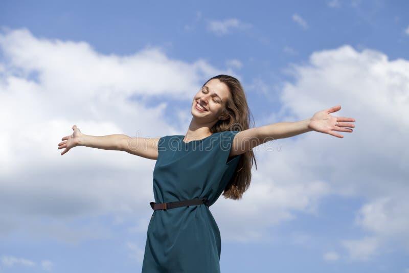 Mujer joven que disfruta de vida imagen de archivo