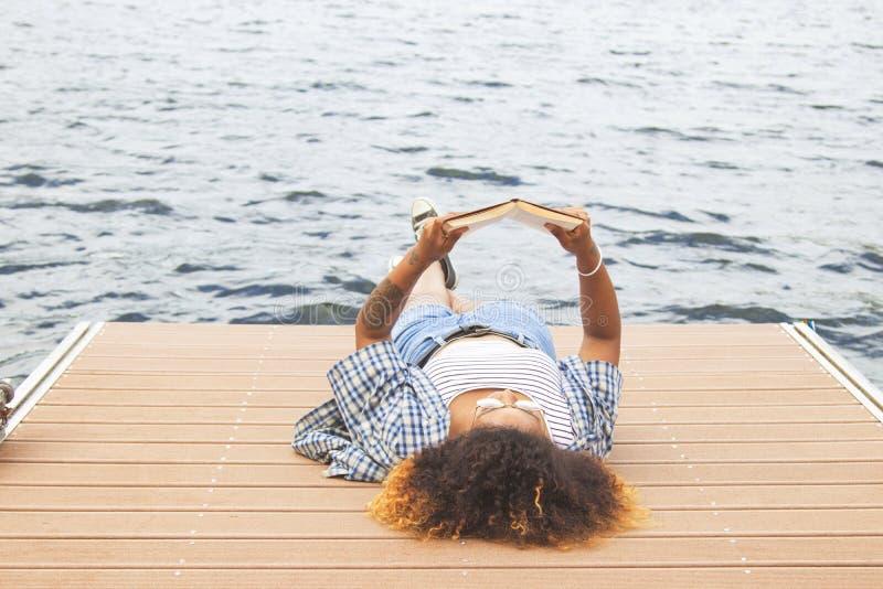 Mujer joven que disfruta y que tiene de la diversión al aire libre, del viaje y de naturaleza imagen de archivo libre de regalías