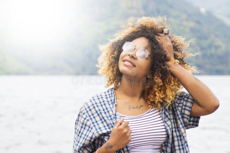 Mujer joven que disfruta y que tiene de la diversión al aire libre, del viaje y de naturaleza fotografía de archivo