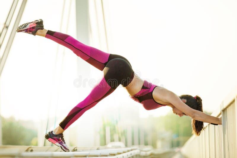 Mujer joven que ejercita al aire libre Deportes, salud y aptitud fotografía de archivo libre de regalías