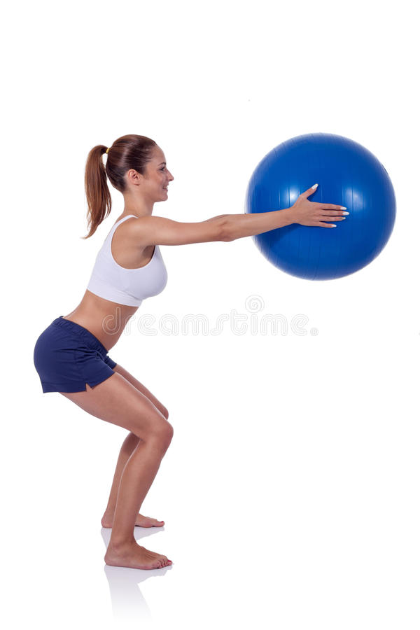 Mujer joven que ejercita con la bola de la aptitud foto de archivo