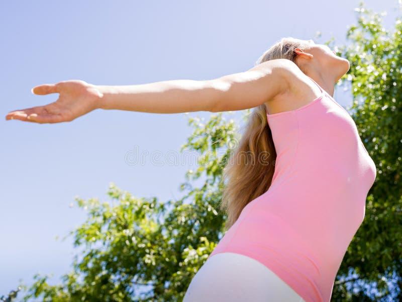 Mujer joven que ejercita en el parque fotos de archivo