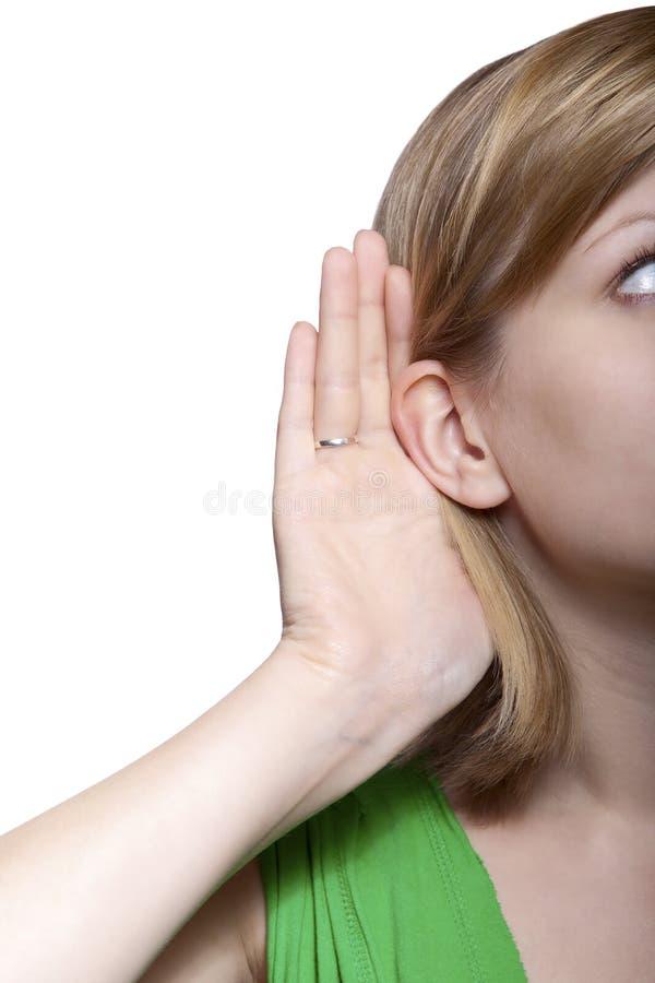 Mujer joven que escucha el chisme imagen de archivo