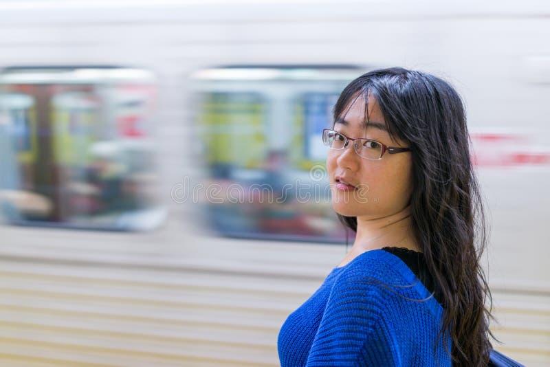 Mujer joven que espera en la estación de metro fotografía de archivo
