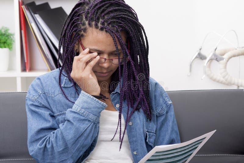 Mujer joven que estudia el documento imagen de archivo