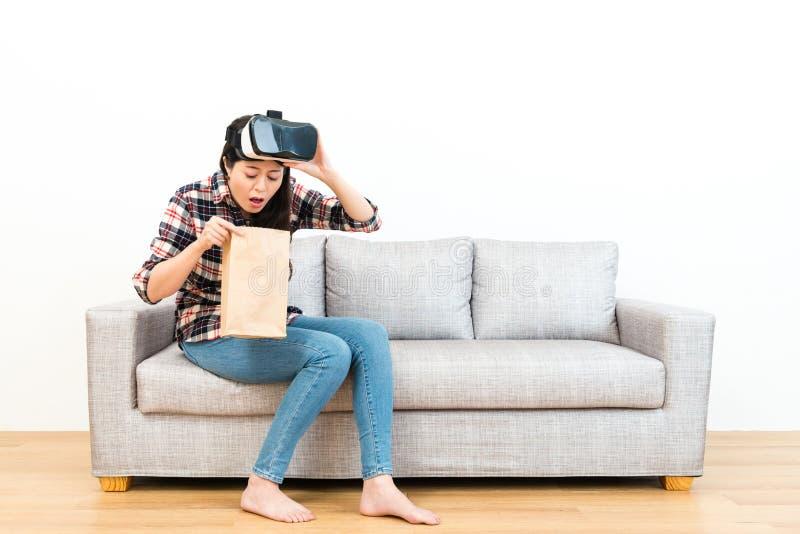 Mujer joven que experimenta el juego 3D que consigue vértigos fotos de archivo libres de regalías