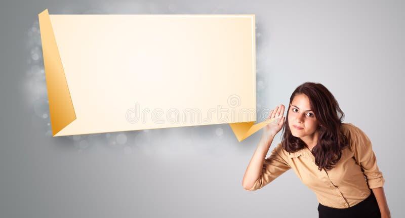 Mujer joven que gesticula con el espacio moderno de la copia del origami