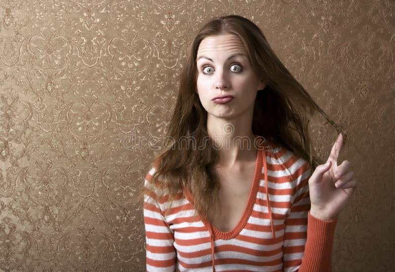 Mujer joven que gira su pelo imágenes de archivo libres de regalías