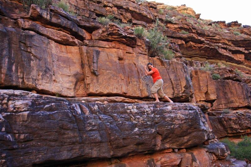 Mujer joven que goza de la cala de Hance en Grand Canyon imagenes de archivo