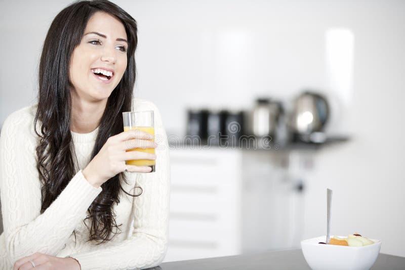 Mujer joven que goza del desayuno imagen de archivo libre de regalías