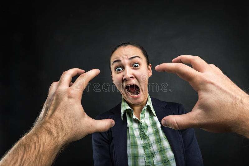 Mujer joven que grita imagen de archivo