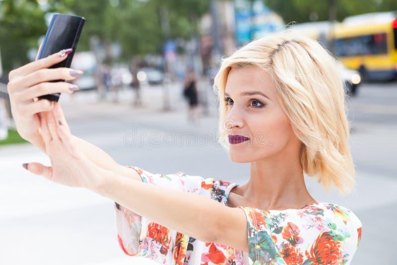 Mujer joven que habla un selfie imagen de archivo libre de regalías