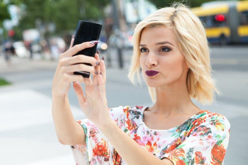 Mujer joven que habla un selfie fotografía de archivo