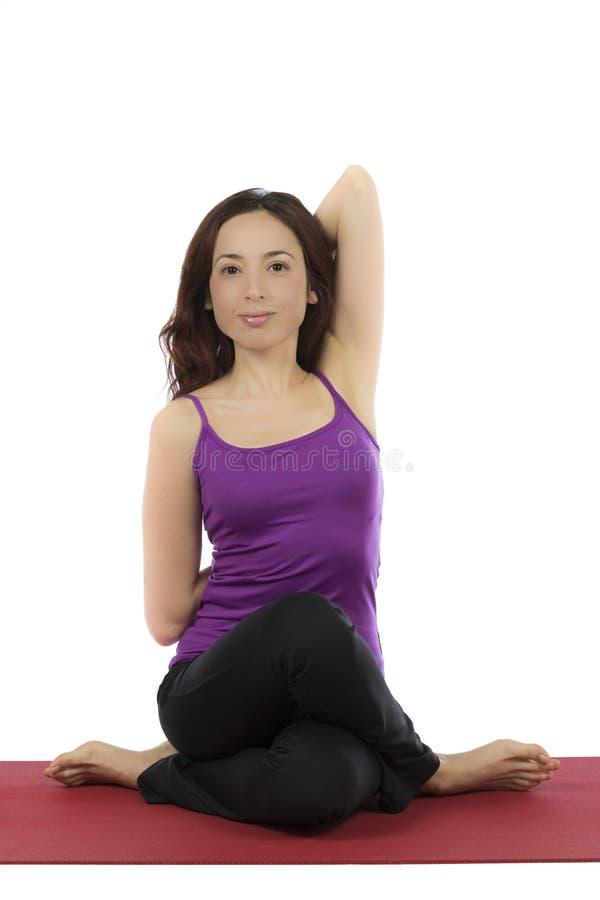 Mujer joven que hace actitud de la cara de la vaca en yoga fotos de archivo libres de regalías