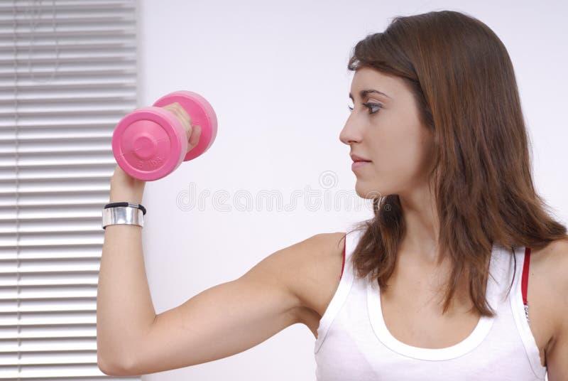 Mujer joven que hace ejercicio foto de archivo