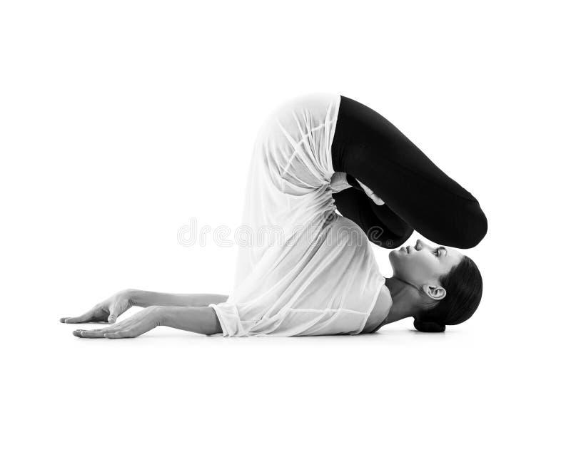 Mujer joven que hace ejercicio de la yoga fotografía de archivo