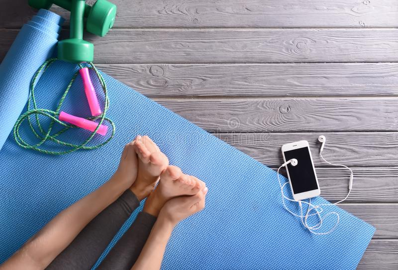 mujer joven que hace ejercicio en la estera de la yoga foto de archivo libre de regalías