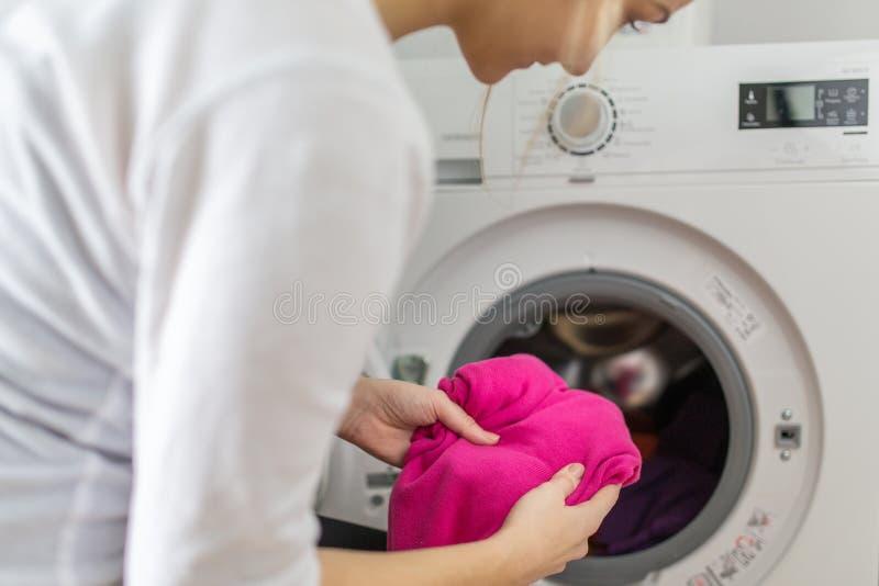 Mujer joven que hace el lavadero imagen de archivo