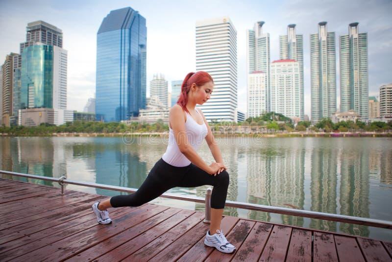 Mujer joven que hace estirando ejercicio imagen de archivo