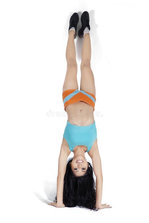 Mujer joven que hace handstand fotos de archivo libres de regalías
